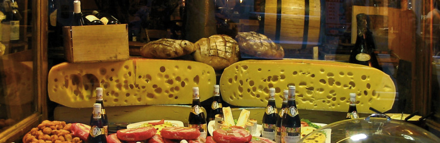 """""""Cheese shop window Paris"""" von Hu Totya - Eigenes Werk. Lizenziert unter GFDL über Wikimedia Commons - http://commons.wikimedia.org/wiki/File:Cheese_shop_window_Paris.jpg#mediaviewer/File:Cheese_shop_window_Paris.jpg"""